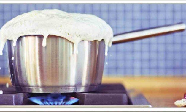 दूध गर्म करते समय बार-बार उबलकर गैस पर आ जाता है, तो इन टिप्स को एक बार जरूर आजमाएं
