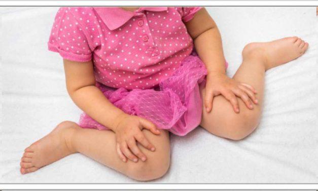 अगर आपका बच्चा भी इस तरह बैठा है तो तुरंत उसके पैर सीधे कर दें, नहीं तो हो सकती है खतरनाक